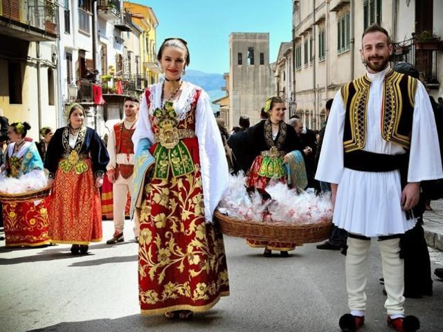 Sfilata con i costumi tradizionali per la Pasqua Arbëreshë di Piana degli Albanesi