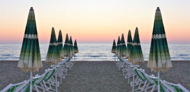Questa estate, stessa spiaggia, stesso mare, stesse regole anti-Covid
