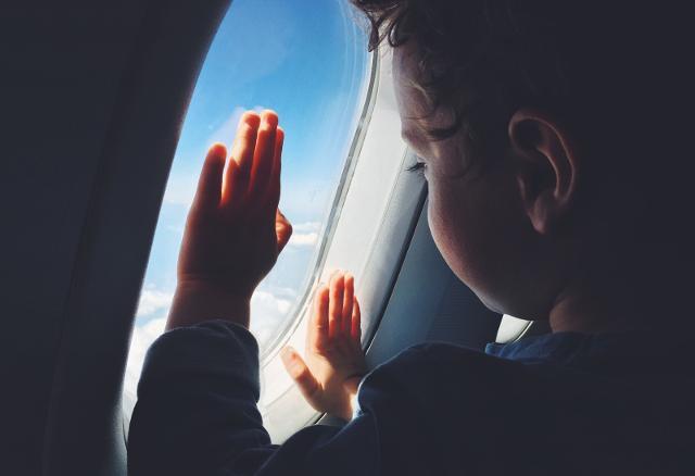 """Alcune compagnie aeree offrono la possibilità di festeggiare il primo volo di un bambino con il """"Battesimo dell'aria""""..."""