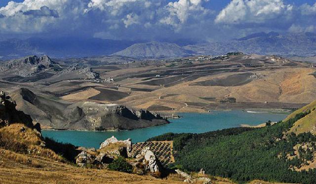 Il fiume Belìce nel tratto della Riserva naturale Grotta di Entella