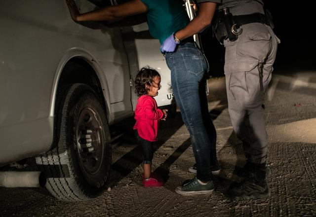 """Crying Girl on the Border"" di John Moore"