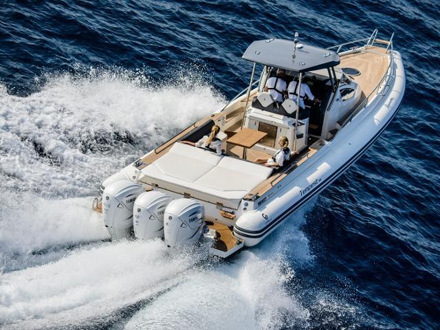 Motori Yamaha XTO, nella versione bianco perla, montati su un Tempest 40 di Cantieri Capelli