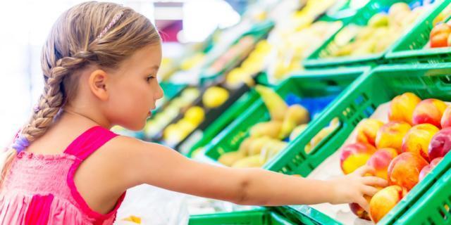L'estate è il periodo nel quale i mercati e supermercati abbondano di frutta e verdura di stagione.