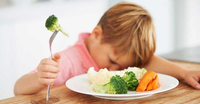 I bambini e gli adolescenti mangiano poca frutta e verdura mentre assumono dosi eccessive di proteine, grassi e zuccheri...