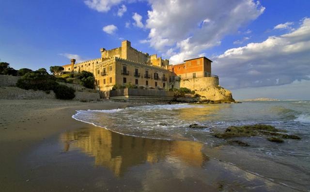 Il castello della Falconara visto dalla spiaggia