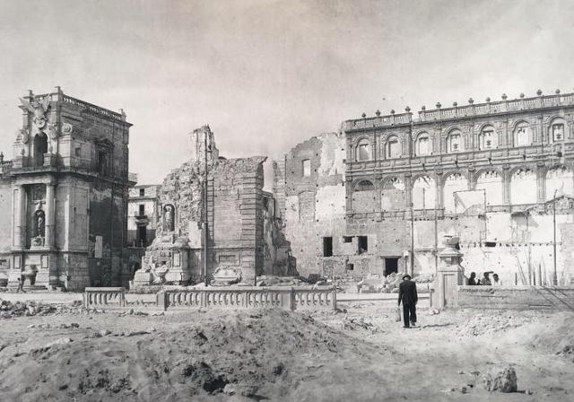 """Una foto storica del Loggiato San Bartolomeo """"sfregiato"""" dai bombardamenti del 1943"""