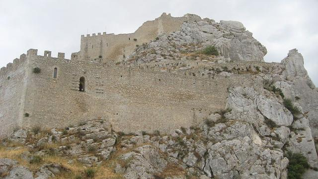 Mura esterne del castello di Mussomeli - ph Pequod76