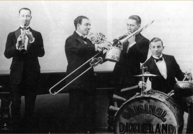 Secondo da sinistra, Nick La Rocca, di Salaparuta (TP) in una performance con il suo gruppo, l'Original Dixieland Jazz Band