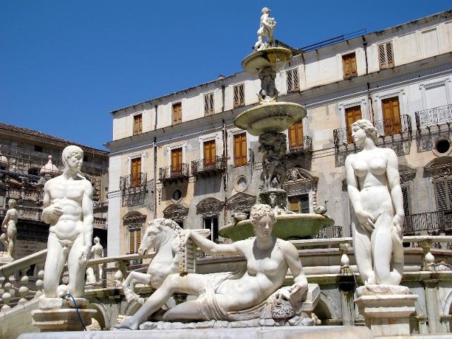 """Piazza Pretora a Palermo, meglio conosciuta come """"Piazza della Vergogna"""""""