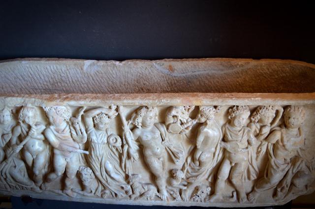 Sarcofago scolpito nel marmo conservato nell'Antiquarium di Taormina