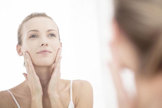 Nel periodo primaverile le donne mettono in pratica buone abitudini come ad esempio alla sera una maschera specifica o un siero riequilibrante...