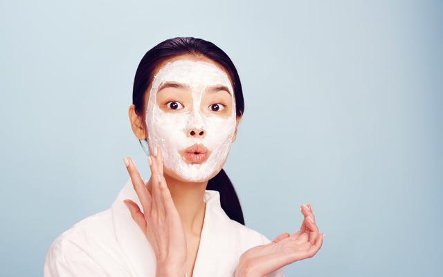 La cura della pelle inizia intorno ai 25 anni per il 54% delle donne...