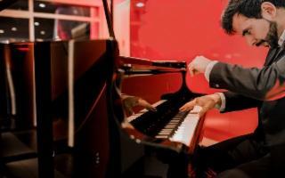 Il giovane talento spagnolo Alvaro Mur al pianoforte