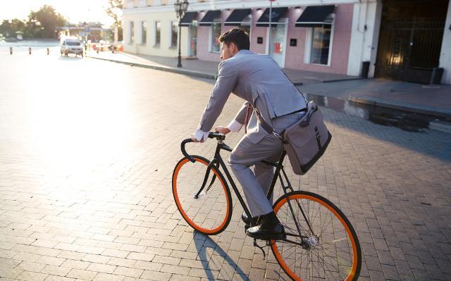 Sostituire la macchina con mezzi pubblici o bici permette di ridurre ampiamente i costi...