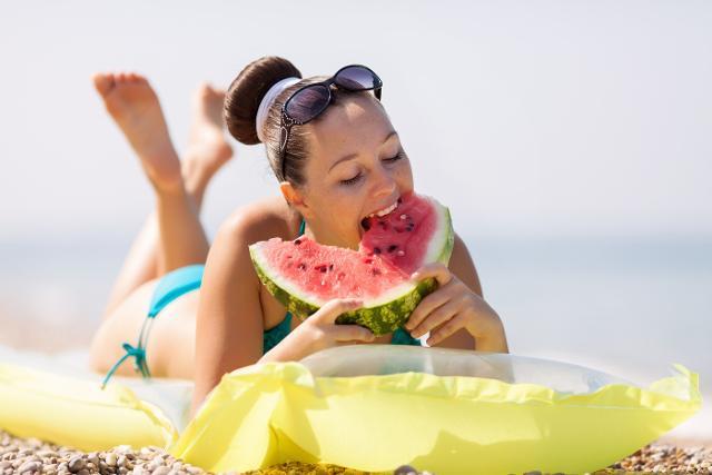 Inoltre, con temperature elevate è importante consumare cibi leggeri come insalata, frutta, pesce leggero, yogurt.