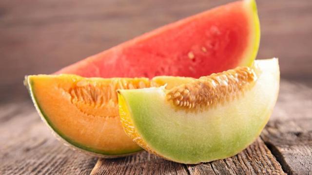 Oltre al semplice bicchiere d'acqua, ci si può anche idratare con quegli alimenti che contengono tantissima acqua: il melone e l'anguria o a verdure come i cetrioli...