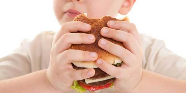 I bambini assumono abitualmente prodotti molto calorici, come succhi di frutta, bevande gassate, merendine confezionate...