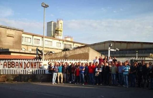 Gli operai della fabbrica Dacca di Aci Catena (CT) protestano davanti ai cancelli