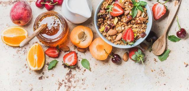 È consigliabile durante la colazione consumare anche cereali integrali o ricchi di fibre, frutta tagliata o centrifugata, tutti alimenti che insieme portino al consumo del 25-30% delle calorie giornaliere...