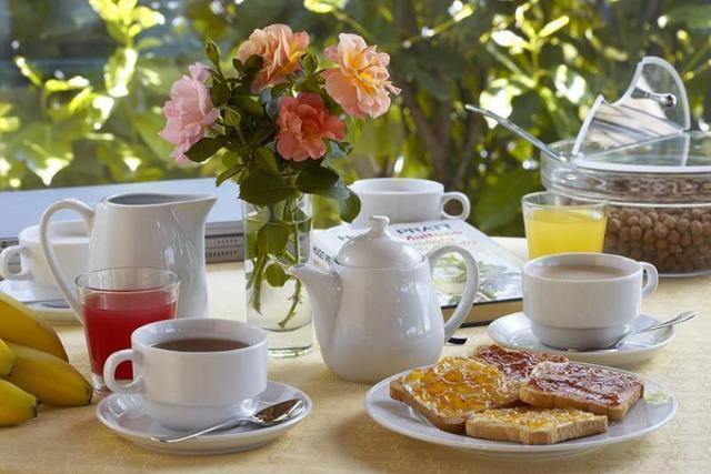 Studi scientifici dimostrano come sia salutare a colazione l'utilizzo dei carboidrati complessi insieme a zuccheri semplici, come ad esempio fette biscottate accompagnate da marmellata o miele, in quanto rappresentano il carburante del nostro organismo...