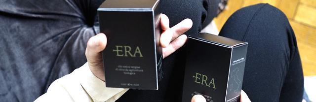 L'olio ERA, la cui confezione sembra più un profumo che un condimento, è arrivato così su tavole di personaggi famosi...