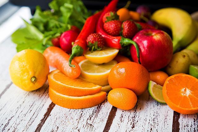 """Sul podio del """"cibo che abbronza"""", secondo la speciale classifica di Coldiretti, primeggiano carote, radicchi e albicocche..."""