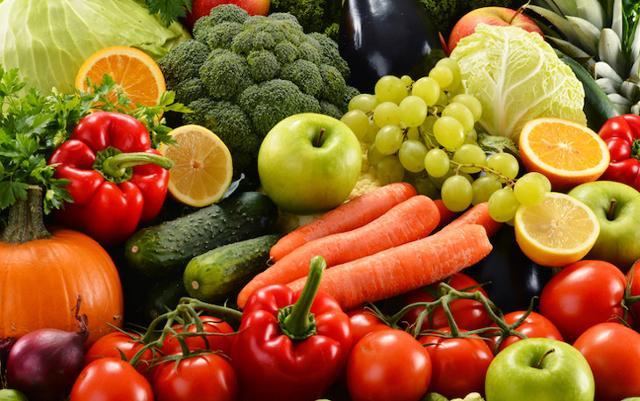 La metà del nostro piatto dovrebbe sempre essere rappresentata da verdura e frutta di stagione
