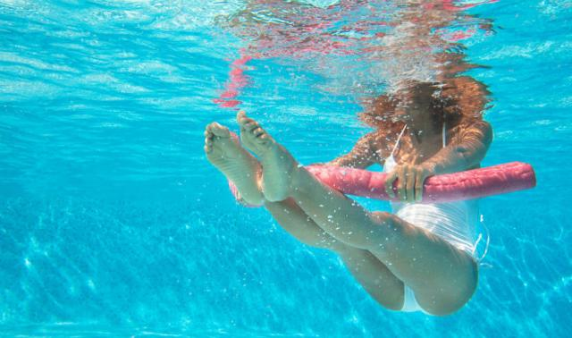 L'acqua è 800 volte più densa dell'aria, il che significa che il proprio corpo deve lavorare molto più duramente per superare la resistenza.