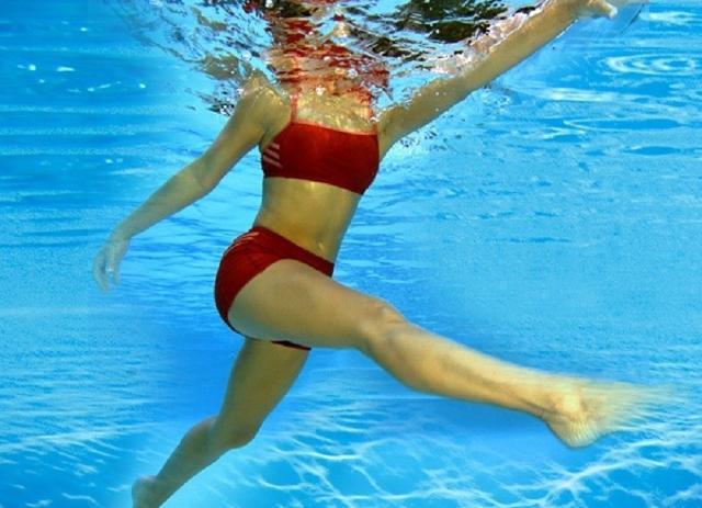 Svolgere attività fisica sott'acqua sarà la nuova tendenza per tenersi in forma quest'estate.