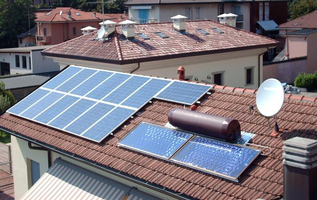 Un tetto che accoglie un impianto fotovoltaico e un impianto di solare termico