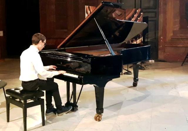 """Il giovane pianista Massimo Rizzuto, studente del Conservatorio """"Antonio Scontrino"""" di Trapani"""