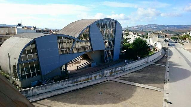 Meeting, la scultura-edificio polivalente di Pietro Consagra