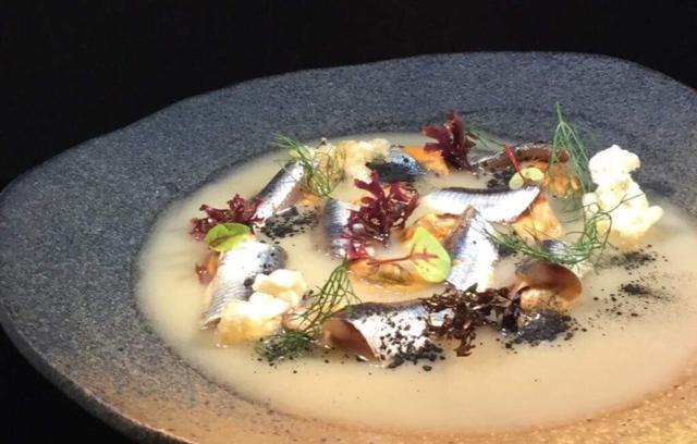"""""""Alici, carbone e cozze"""", un piatto dello chef Pasquale Caliri"""