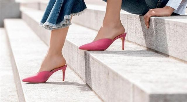 Le principali trend setter newyorkesi hanno già invaso i social network di foto in cui esibiscono il proprio outfit estivo indossando sandali sportivi e scarpe mules aperte sul tallone...