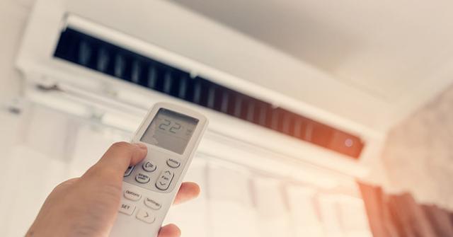 Non serve impostare il condizionatore su temperature molto basse: due o tre gradi in meno rispetto alla temperatura esterna sono sufficienti.