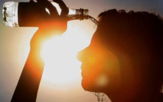 Combattere il caldo estivo idratandosi, non solo con l'acqua