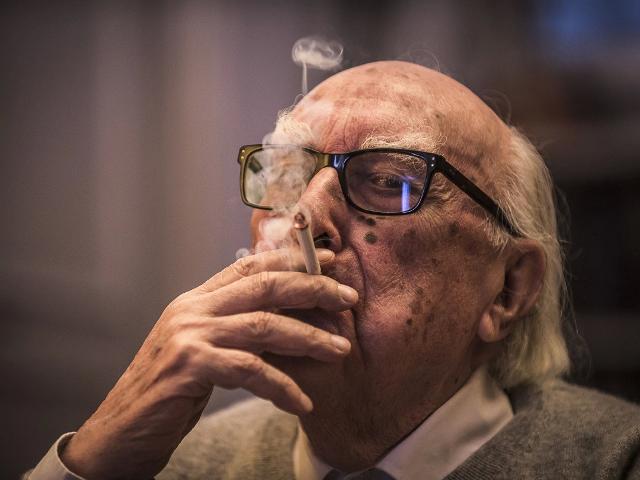 Andrea camilleri e la sua immancabile sigaretta