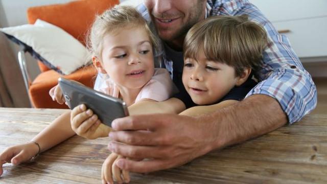 In occasione dell'alta stagione dei viaggi estivi in famiglia, qual è il comportamento di genitori e figli in relazione ai dispositivi mobile?