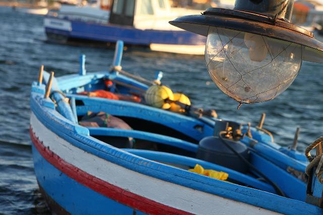 Barca con lampara ormeggiata nel porto di Marzamemi