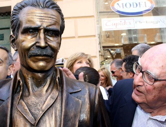 """Andrea Camilleri all'inaugurazione della statua in bronzo che raffigura il """"suo"""" commissario Montalbano a Porto Empedocle"""