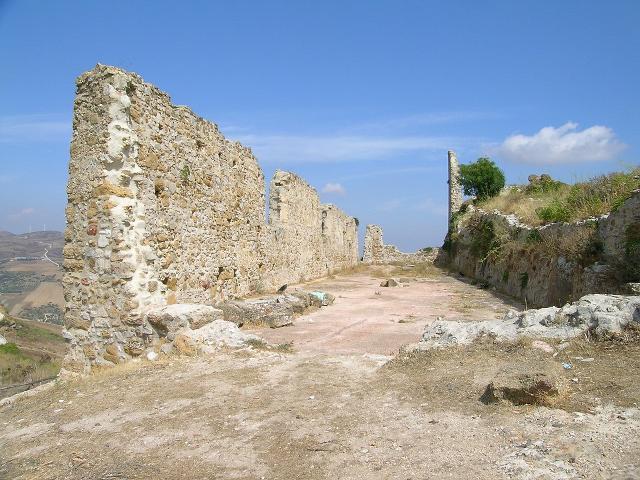 Mura perimetrali del Castello di Cefalà Diana