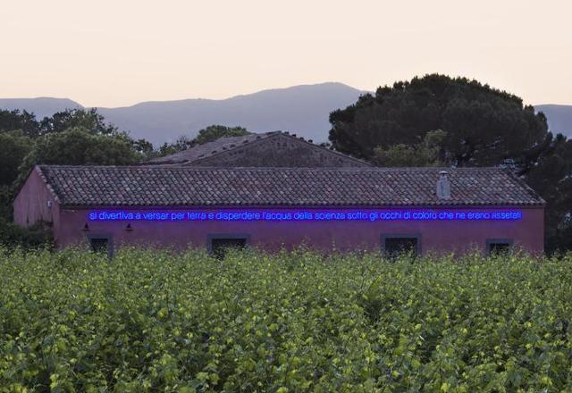 """L'opera site-specific di Claire Fontaine, dal titolo """"Ettore Majorana"""", nella tenuta Sciaranuova a Passopisciaro di proprietà della famiglia Planeta"""