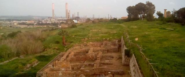 L'Acropoli di Gela e, sullo sfondo, il petrolchimico