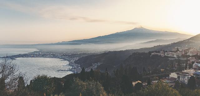 L'Etna fa da sfondo al profilo di Taormina