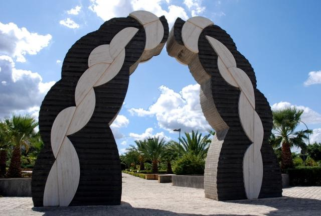 Opera di Pietro Consagra all'ingresso dell'Orto Botanico di Gibellina