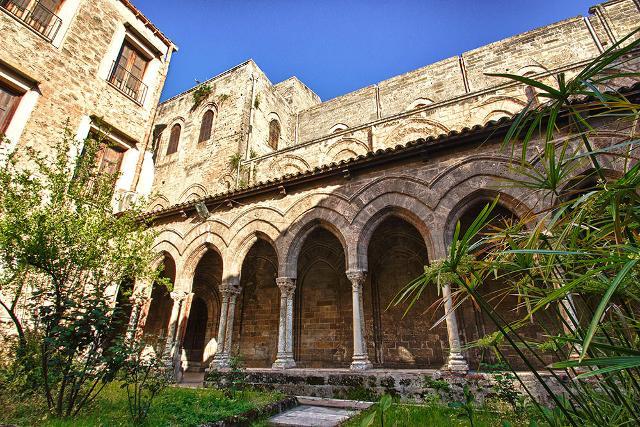 Il colonnato del chiostro della chiesa della Magione