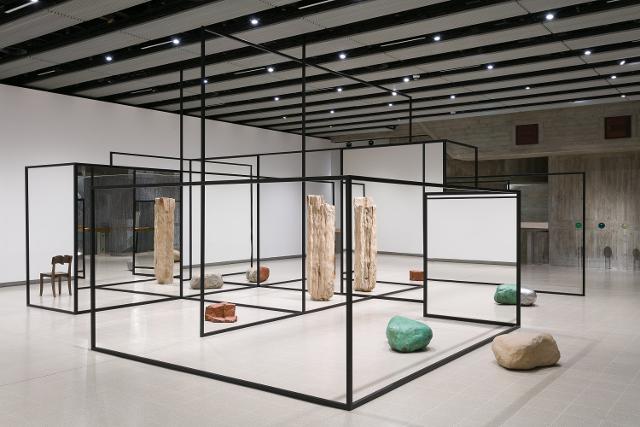 L'installazione ambientale di Alicja Kwade alla Fondazione Sandretto Re Rebaudengo di Torino