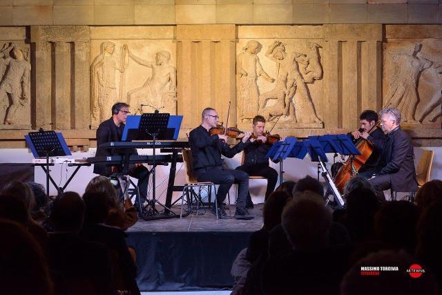 Il musicista Salvo Ferrara e l'ensemble davanti alle Metope al Museo Salinas di Palermo
