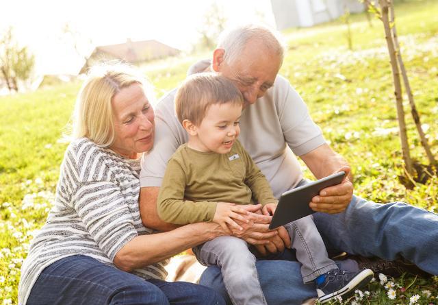 I nonni di oggi, secondo gli abitanti dell'isola, rispetto al passato sono anche, e sempre più, attivi e moderni...