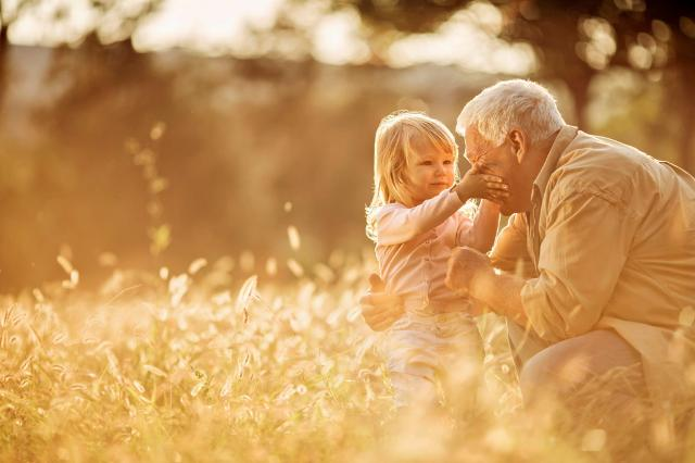 Ci sono però alcuni venti contrari che metteranno sempre più a dura prova il ruolo che i nonni oggi svolgono...